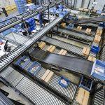 A Monza, su un'area di 70mila metri quadrati, si concentrano tutte le attività dalla progettazione alla produzione, e trova spazio il nuovo Centro Logistico automatizzato con oltre 1.200 serie di prodotti diversi per un totale di più di 50mila codici prodotto disponibili a magazzino nel catalogo dei prodotti Elesa
