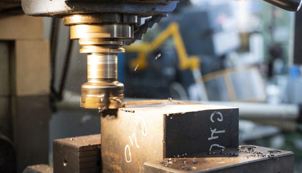 Fresatrice verticale in lavorazione che asporta materiale ferroso