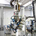 Recentemente Elesa si è dotata di un'isola robotizzata composta da: - fresatrice - erosione a tuffo - CMM (Coordinate-Measuring Machine)