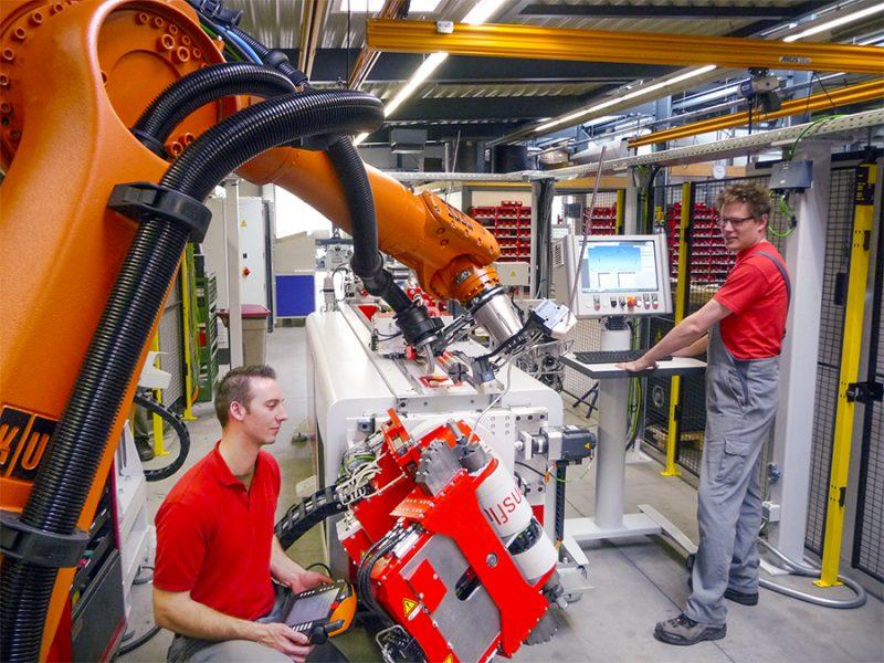 Cella di produzione più flessibile con robot di curvatura e codifica